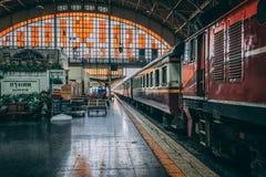 Bangkok, Tailandia, 12 13 18: Tiro grandangolare della stazione ferroviaria di Bangkok Treni che aspettano dentro la stazione immagine stock libera da diritti