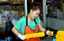 Bangkok, Tailandia: Trabajador del mercado de la flor Fotografía de archivo