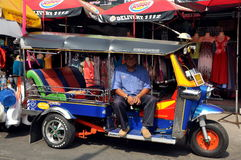 Bangkok, Tailandia: Tuk-tuk sulla strada di Khao San Immagini Stock Libere da Diritti