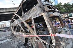 Bangkok/Tailandia - 12 01 2013: Un bus ottenuto insieme su fuoco sulla strada di Ramkhamhaeng Immagine Stock Libera da Diritti