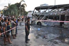 Bangkok/Tailandia - 12 01 2013: Un bus ottenuto insieme su fuoco sulla strada di Ramkhamhaeng Fotografia Stock