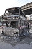 Bangkok/Tailandia - 12 01 2013: Un bus ottenuto insieme su fuoco sulla strada di Ramkhamhaeng Fotografie Stock Libere da Diritti