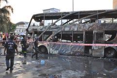 Bangkok/Tailandia - 12 01 2013: Un bus ottenuto insieme su fuoco sulla strada di Ramkhamhaeng Fotografia Stock Libera da Diritti