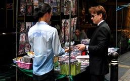 Bangkok, Tailandia: Uomo che compra i video di DVD immagini stock