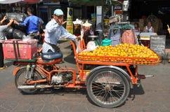 Bangkok, Tailandia: Uomo che vende gli aranci Fotografie Stock