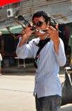 Bangkok, Tailandia: Vendedor de Sunglass en el camino de Khao San Imágenes de archivo libres de regalías