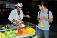 Bangkok, Tailandia: Venditore della frutta Fotografie Stock Libere da Diritti