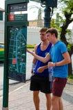 Bangkok, Tailandia: viaggiatori che guardano la mappa Immagine Stock Libera da Diritti
