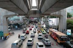 BANGKOK, TAJLANDIA †'†'LIPIEC 25, 2015 Drogowy ruch drogowy przy Siam BTS Fotografia Stock