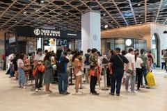 Bangkok Tajlandia, Apr, - 28, 2019: Ludzie stać w kolejce przy Tygrysim Cukrowym bąbel herbaty sklepem, nowy Tajwański napoju skl zdjęcie royalty free