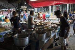 Bangkok Tajlandia, Czerwiec, - 28, 2015: Jedzenie kram w małym rynku w Bangkok Obraz Stock