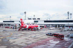 BANGKOK TAJLANDIA, CZERWIEC 01 -: Lotniczy Azja samolotu lądowanie przy Lotniskowym te Obrazy Royalty Free