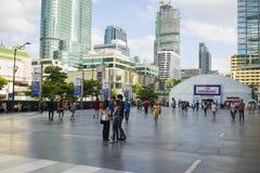 Bangkok Tajlandia, Czerwiec, - 29, 2015: Ludzie chodzi na przestronnym chodniczku przed Środkowym Światowym budynkiem, Bangkok wy Zdjęcie Royalty Free