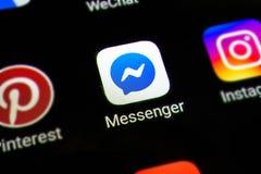 Bangkok Tajlandia, Czerwiec, - 15 2019: Makro- fotografia goniec podaniowa ikona na smartphone ekranie Facebook gona app ikona fotografia stock