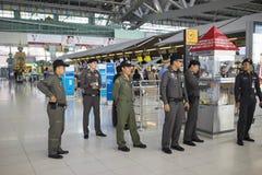 Bangkok Tajlandia, Czerwiec, - 28, 2015: Ochroniarzi w Suvarnabhumi lotnisku międzynarodowym zdjęcie stock