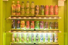 Bangkok Tajlandia, Czerwiec, - 3, 2017: Pije automat w centrum handlowym Najwięcej napojów one wprowadzać na rynek jako napoje z  fotografia royalty free