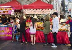 Bangkok Tajlandia, Czerwiec, - 29, 2015: Turyści kupuje jedzenie na chodniczku przed Środkowym Światowym budynkiem, Bangkok Obrazy Stock