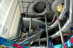 Bangkok, Tajlandia: Futurystyczny atrium i eskalatory przy Terminal 21 Obrazy Royalty Free