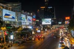 BANGKOK TAJLANDIA, Grudzień, - 24, 2017: Środkowy świat na Rajdamri drodze, Zdjęcia Royalty Free