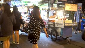 BANGKOK TAJLANDIA, Grudzień, - 22 2017: Khaosan droga w nocy Ludzie chodzą zbiory wideo
