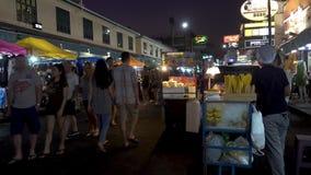 BANGKOK TAJLANDIA, Grudzień, - 22 2017: Khaosan droga w nocy Ludzie chodzą zbiory