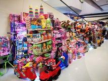 BANGKOK TAJLANDIA, GRUDZIEŃ, - 31: kolorowe zabawki sprzedawali w supermarkecie na Grudniu 31, 2018 w Bangkok, Tajlandia fotografia royalty free
