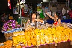 Sprzedaży budka z sprzedawczyniami przy kwiatu rynkiem Pak Khlong Thalat w Bangkok Obrazy Stock