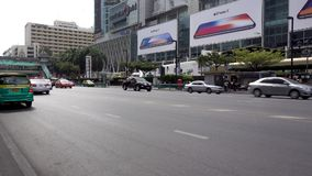 BANGKOK TAJLANDIA, Grudzień, - 25, 2017: Miasto teren w frontowym Środkowym świacie Samochodowy ruch drogowy zbiory