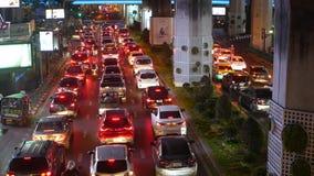 BANGKOK, TAJLANDIA - 18 GRUDZIEŃ, 2018: Samochody w ruchu drogowego dżemu na drodze przeludniony azjatykci miasto Tajlandzki kapi zbiory wideo
