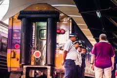 Bangkok, Tajlandia Grudzień, 2018: Taborowy personel Tajlandzka kolej, przygotowywa słuzyć dla pasażera obraz stock