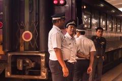 Bangkok, Tajlandia Grudzień, 2018: Taborowy personel Tajlandzka kolej, przygotowywa słuzyć dla pasażera zdjęcia royalty free