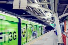 BANGKOK TAJLANDIA, JAN, - 30, 2017: Bangkok nieba pociągu podróżnicy Fotografia Stock