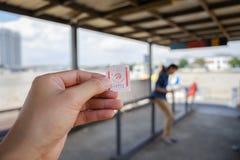 BANGKOK, TAJLANDIA 2 2017 JUN, Męska ręka trzyma bilety na Łódkowatym wa Fotografia Stock