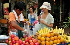 Bangkok, Tajlandia: Kobiety Biying owoc obraz royalty free