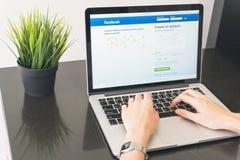 BANGKOK TAJLANDIA, Kwiecień, - 24, 2017: Nazwa użytkownika ekranu Facebook ikony na Jabłczanym Macbook wielki i popularny ogólnos Zdjęcia Royalty Free