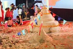Bangkok, Tajlandia, Kwiecień/- 12 2018: sztuczna piasek pagoda, dziecko sztuki piaska pagoda przy Songkarn jarmarkiem, królewiątk zdjęcia stock