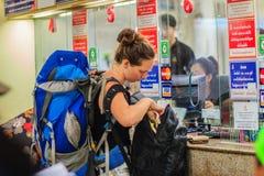 Bangkok Tajlandia, Kwiecień, - 23, 2017: Niezidentyfikowana backpacker wycieczka turysyczna Obrazy Stock