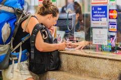Bangkok Tajlandia, Kwiecień, - 23, 2017: Niezidentyfikowana backpacker wycieczka turysyczna Zdjęcia Royalty Free