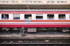 BANGKOK TAJLANDIA, Lipiec, - 6, 2018: Boczny widok bogies Tajlandzki pociąg z pasażerem na nadokiennym czekaniu dla odjazdu przy  fotografia royalty free