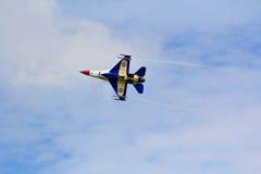 BANGKOK TAJLANDIA, LIPIEC, - 02: F-16 Królewski Tajlandzki siły powietrzne przedstawienia festiwal Fotografia Royalty Free