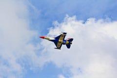 BANGKOK TAJLANDIA, LIPIEC, - 02: F-16 Królewski Tajlandzki siły powietrzne przedstawienia festiwal Zdjęcia Royalty Free