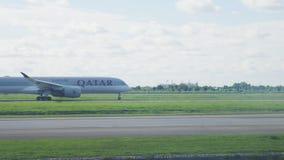 Bangkok Tajlandia, Lipiec, - 18, 2019: Qatar Airways samolot biega na pasie startowym przy Suvarnabhumi lotniskiem przed start zbiory wideo