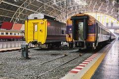 BANGKOK TAJLANDIA, Lipiec, - 6, 2018: Tajlandzki pociąg ekspresowy czeka wyjściowego czas przy główną centrali stacją zdjęcie stock