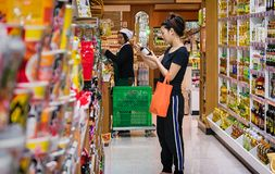 BANGKOK TAJLANDIA, LISTOPAD, - 02: Żeński klient czyta lab Obraz Royalty Free