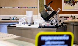 BANGKOK TAJLANDIA, LISTOPAD, - 02: Czyści masarki ` s stację roboczą wewnątrz Fotografia Stock