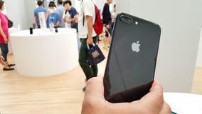 BANGKOK TAJLANDIA, LISTOPAD, - 11, 2017: iPhone 8 Plus pokazuje Zdjęcie Stock
