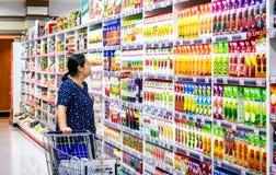 BANGKOK TAJLANDIA, LISTOPAD, - 04: Kobieta robi zakupy w sok sekcie Obraz Stock