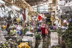 BANGKOK TAJLANDIA, LISTOPAD, - 07, 2015: Lokalna kobieta sprzedaje Tajlandzkiego st Fotografia Royalty Free