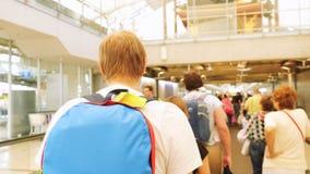 Bangkok, Tajlandia 22 2015 Listopad, pasażery z plecakami na travelator w lotnisku międzynarodowym Obrazy Stock