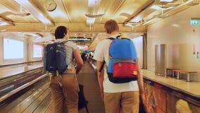 Bangkok, Tajlandia 22 2015 Listopad, pasażery z plecakami na travelator w lotnisku międzynarodowym Fotografia Royalty Free